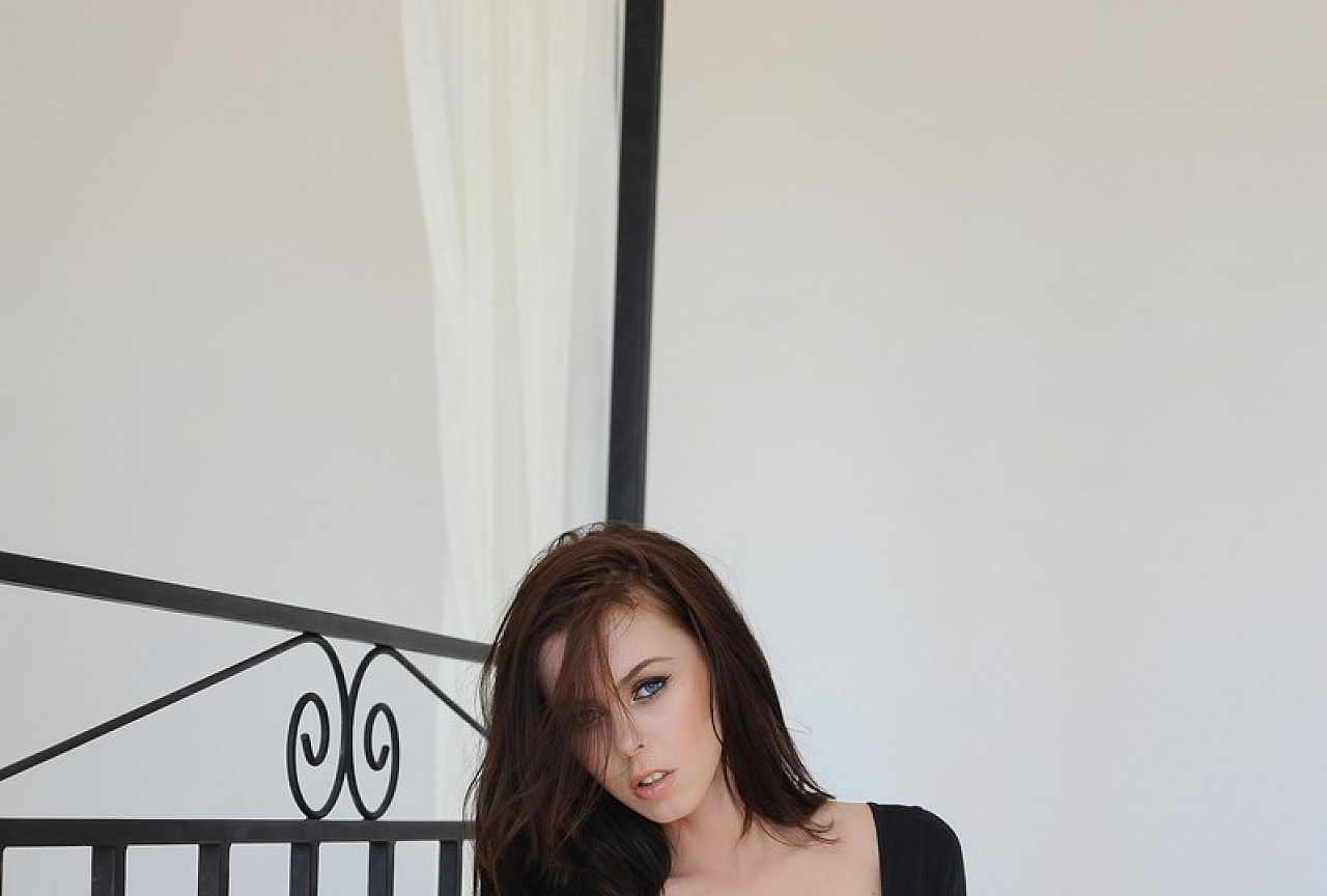 Jennifer Photos - Striptease in bedroom