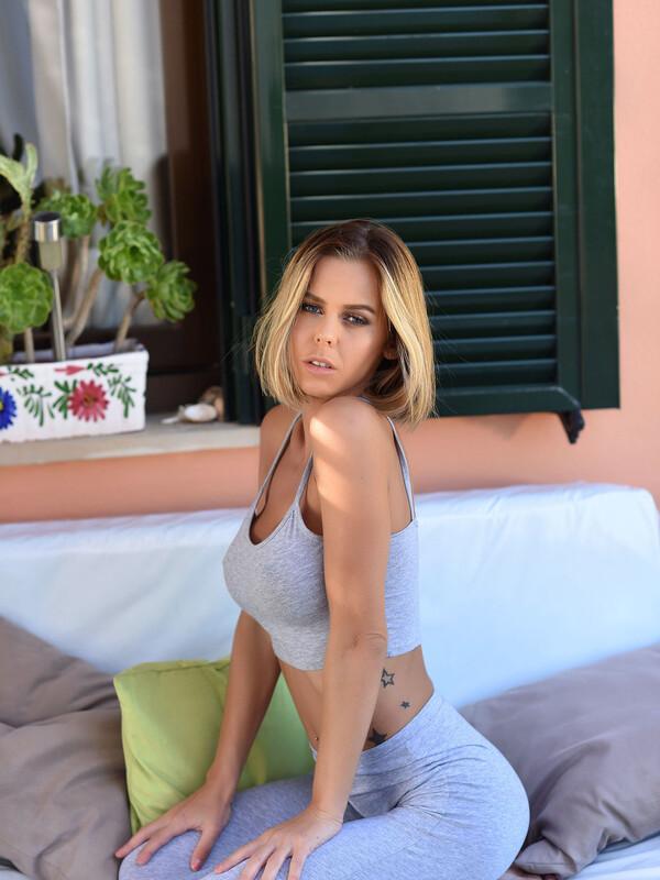 Jennifer Strips Naked