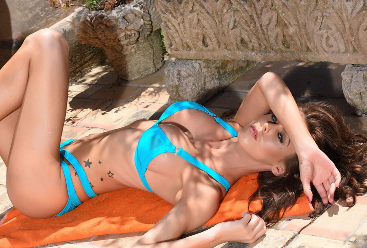 Jennifer strips nude outdoors BTS